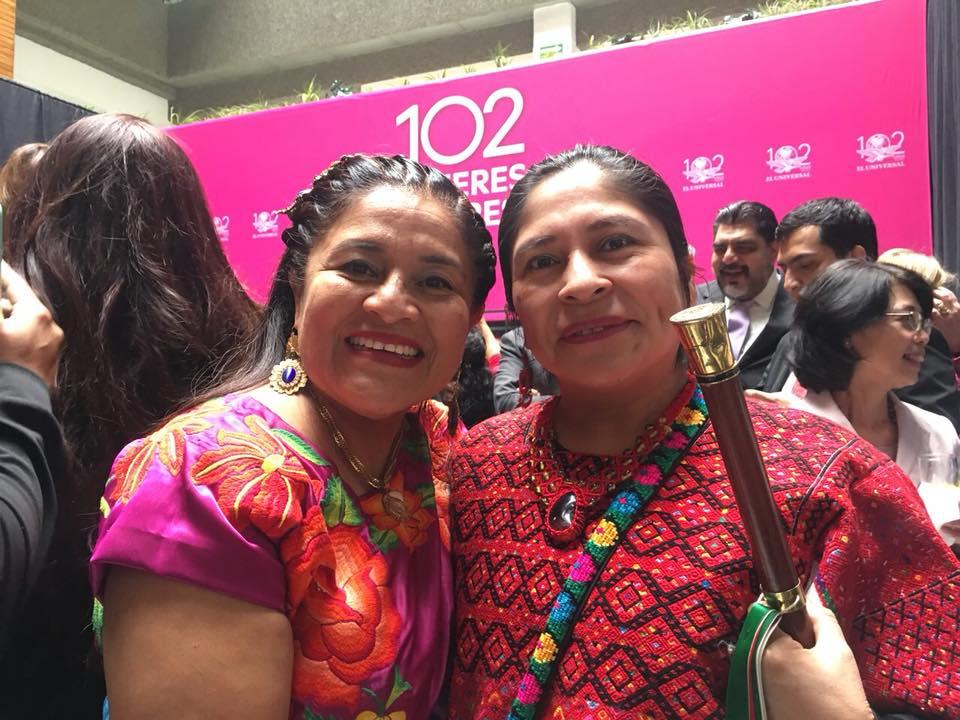 """Photo of Dedica Rogelia Gonzalez reconocimiento """"102 mujeres líderes"""" a mujeres juchitecas"""