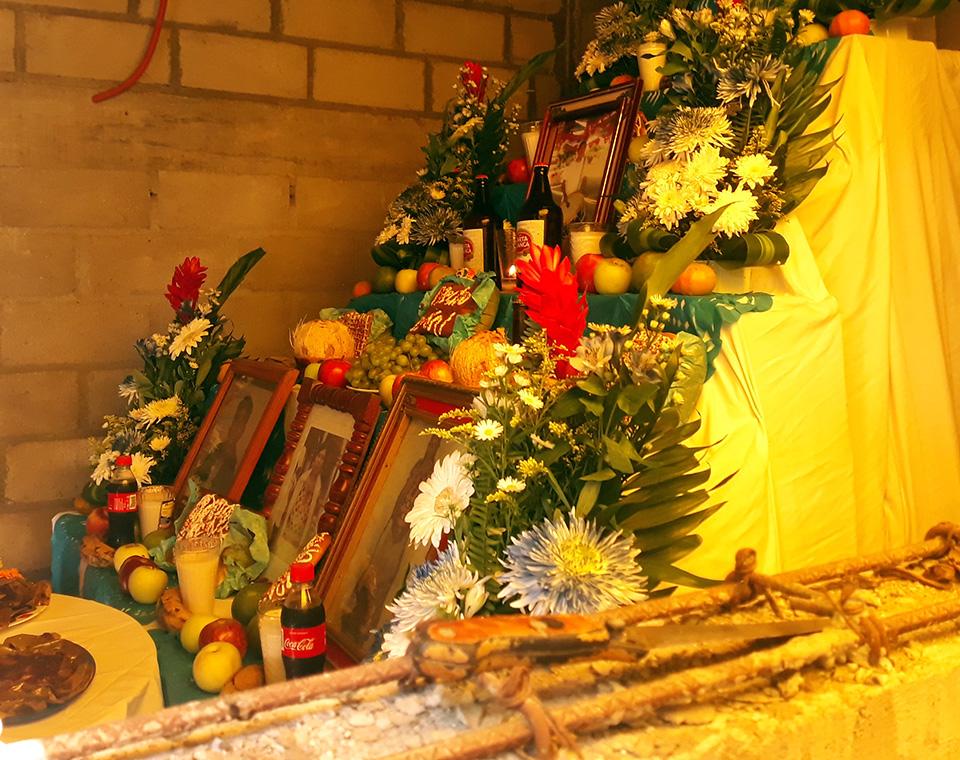 Photo of Familias realizan ofrendas a sus muertos en plena reconstrucción