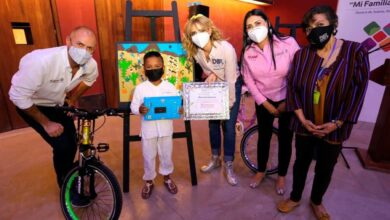 """Photo of Premia IOAM a las niñas y niños ganadores del Cuarto Concurso de Dibujo y Pintura Infantil """"Mi Familia Migrante"""""""
